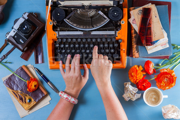 Vintage orange machine à écrire quelqu'un mains Photo stock © neirfy