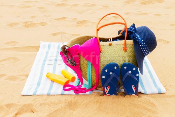 Tomar el sol paja bolsa toalla de playa playa de arena Foto stock © neirfy