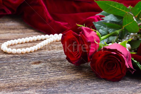 Rode rozen fluwelen vers Rood rose bloemen houten tafel Stockfoto © neirfy