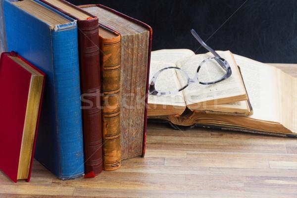 Könyvek szemüveg öreg fa asztal asztali papír Stock fotó © neirfy