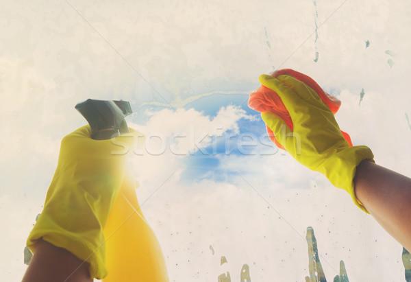 Voorjaarsschoonmaak handen Geel handschoenen schoonmaken venster Stockfoto © neirfy