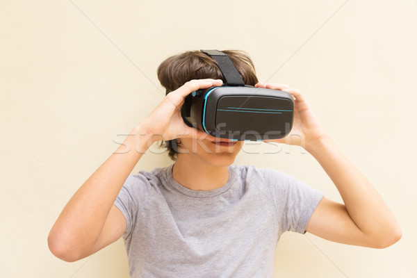 Tinédzser visel szemüveg tart virtuális telek Stock fotó © neirfy