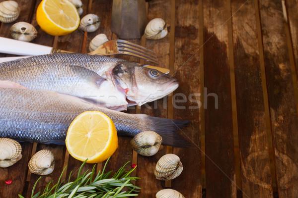 Twee ruw vis schelpdier specerijen houten tafel Stockfoto © neirfy