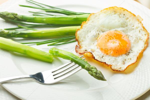 Tükörtojás zöld spárga fehér tányér étel Stock fotó © neirfy