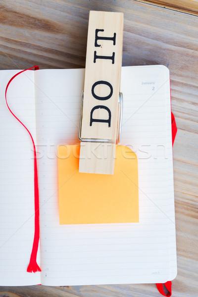 Per fare la lista open carta nota adesiva scuola tavola Foto d'archivio © neirfy