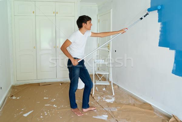 Fai da te casa giovani uomini pittura muro blu Foto d'archivio © neirfy