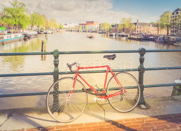 Edad bicicleta canal Amsterdam pie Países Bajos Foto stock © neirfy