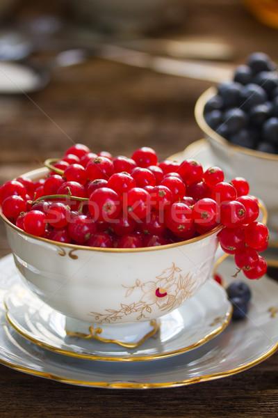 Stok fotoğraf: Kırmızı · frenk · üzümü · fincan · karpuzu · ahşap · masa · ahşap