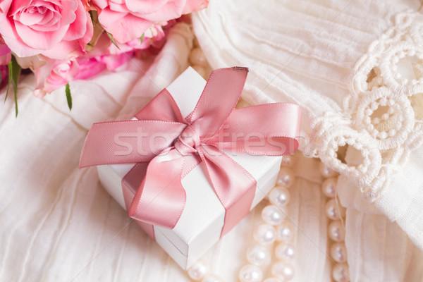 Feminino branco caixa de presente rosa arco Foto stock © neirfy
