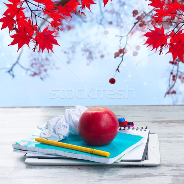 Appel schoolbenodigdheden witte houten tafel vallen bladeren Stockfoto © neirfy