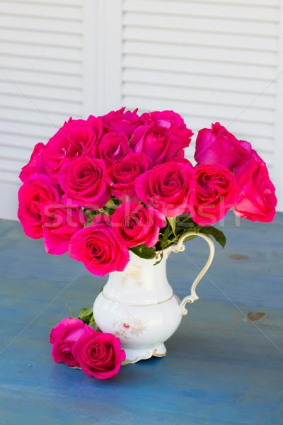 Leylak rengi güller vazo mavi tablo taze Stok fotoğraf © neirfy