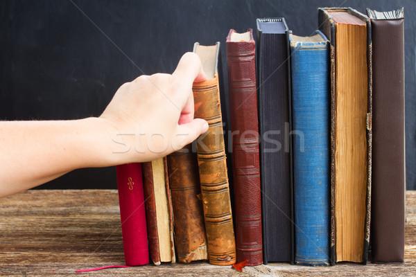 Prateleira de livros mão livro Foto stock © neirfy