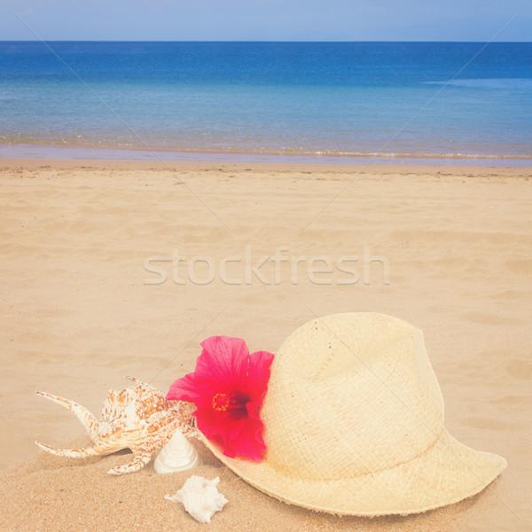 Foto stock: Chapéu · de · palha · conchas · areia · praia · azul · água