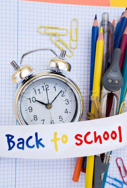 Zurück in die Schule Wecker Schulbedarf Text Papier Stock foto © neirfy