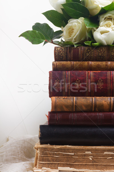 Foto d'archivio: Vecchio · libri · fiori · fiori · bianchi · romantica · pizzo