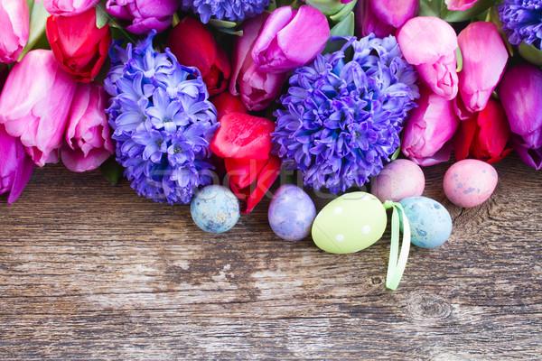 Ovos de páscoa tulipas jacinto fresco mesa de madeira flor Foto stock © neirfy