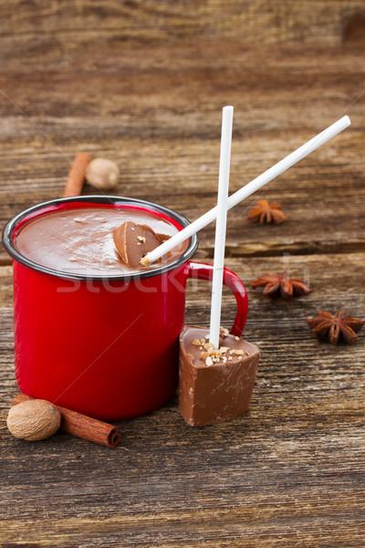 Foto stock: Copo · chocolate · quente · vermelho · caneca · temperos · mesa · de · madeira