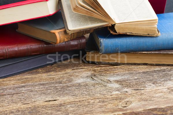 Półka na książki starych książek Zdjęcia stock © neirfy