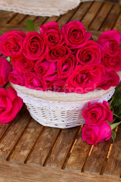 Leylak rengi güller sepet ahşap masa düğün Stok fotoğraf © neirfy