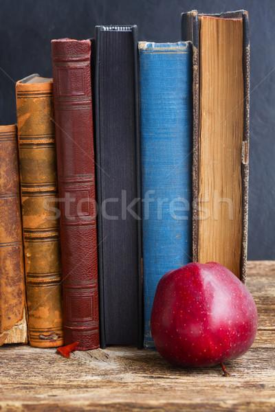 Scaffale legno fila antichi libri mela Foto d'archivio © neirfy