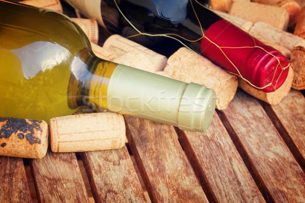 Rosso vino bianco bottiglie tavolo in legno retro uva Foto d'archivio © neirfy