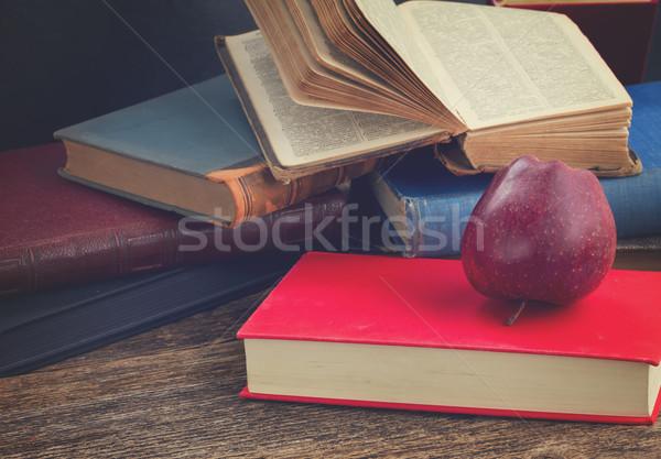 Półka na książki książek jabłko retro Zdjęcia stock © neirfy