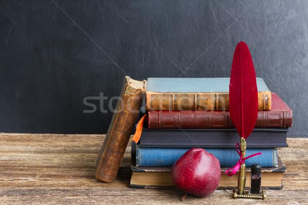 Prateleira de livros antigo livros maçã vermelho Foto stock © neirfy