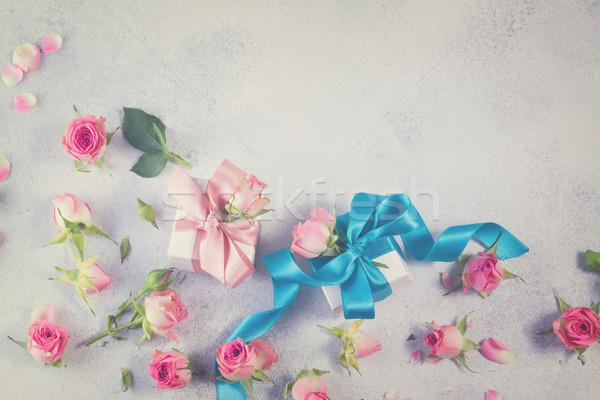 Hediye kutusu saten yay çiçekler mavi gül Stok fotoğraf © neirfy