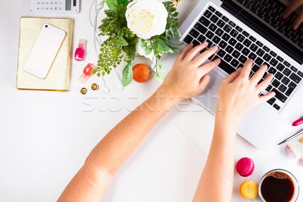 Vrouwelijk werkruimte top laptop beker Stockfoto © neirfy