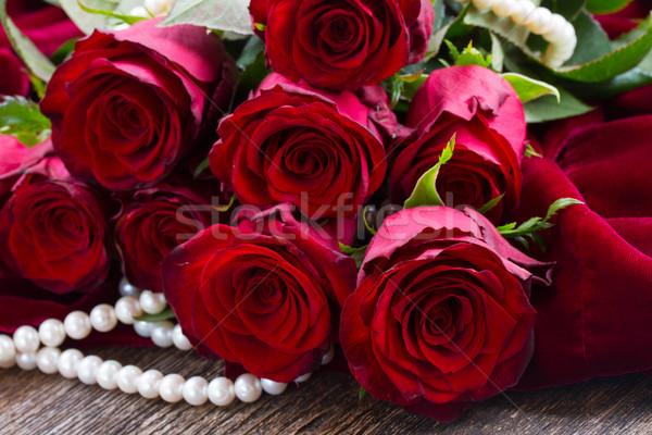Vörös rózsák bársony friss fából készült esküvő rózsa Stock fotó © neirfy