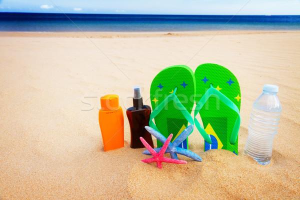 Sandalen fles water zandstrand groene zonnebrand Stockfoto © neirfy