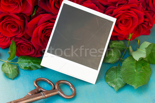 Fresche rose rosse immediato foto tavolo in legno wedding Foto d'archivio © neirfy