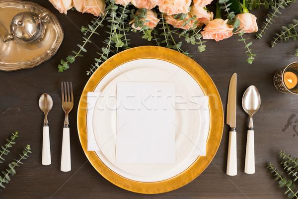 Tafelgerei ingesteld tabel platen bloemen houten tafel Stockfoto © neirfy
