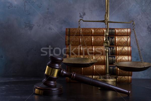 Droit justice marteau échelle rangée livres Photo stock © neirfy