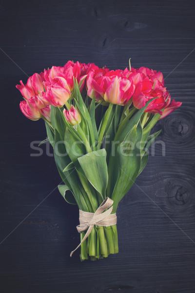 Rózsaszín tulipánok fekete virágcsokor fényes fából készült Stock fotó © neirfy