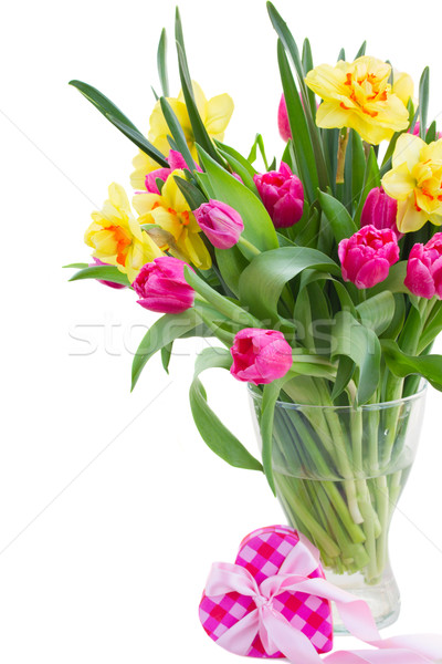 Foto Du0027archivio: Tulipani · Narcisi · Vaso · Rosa · Tulipano / Bunch Of  Pink Tulip Flowers And Yellow Daffodils In Vase With Pink Gift Box Isolated  On White ...