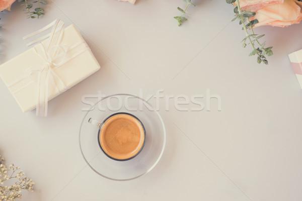 Desktop scena ceaşcă cafea cadou prezenta Imagine de stoc © neirfy
