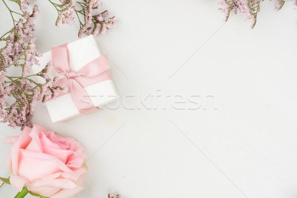 Taze gül çiçekler çiçek hediye kutusu tablo Stok fotoğraf © neirfy