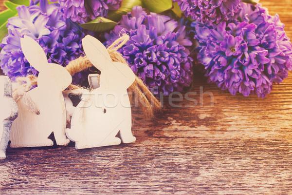 Ovos de páscoa jacinto páscoa coelhos flores tabela Foto stock © neirfy