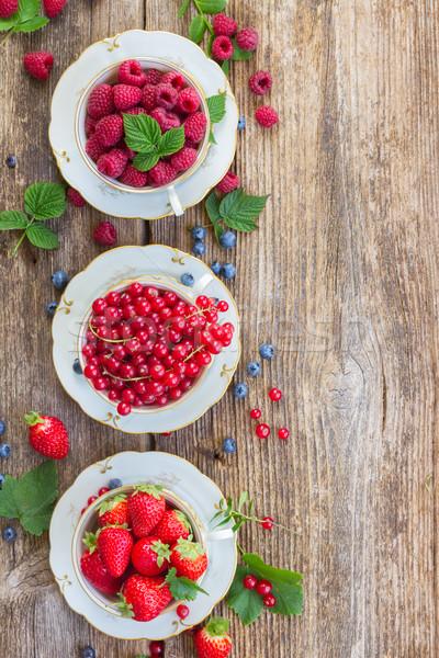 Stok fotoğraf: Taze · ahududu · kırmızı · frenk · üzümü · çilek · yeşil · yaprakları