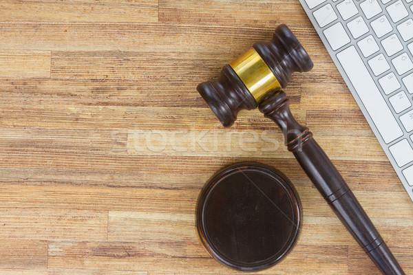 Prawa drewniany stół pulpit klawiatury wyrok Zdjęcia stock © neirfy