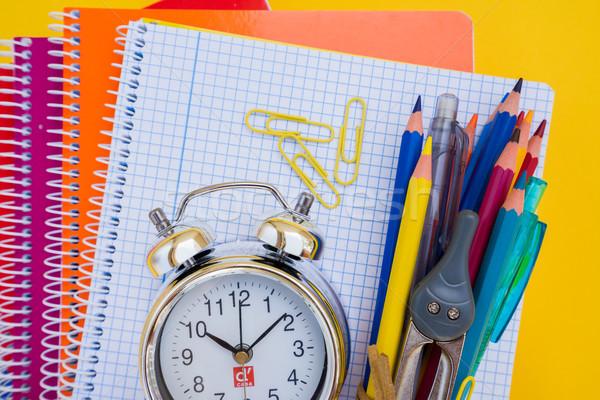 Zurück in die Schule wenig Wecker Schulbedarf Papier Stock foto © neirfy