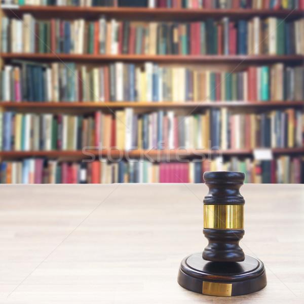 Ahşap hukuk tokmak kitaplar kütüphane Stok fotoğraf © neirfy