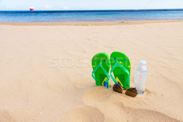 Groene sandalen zandstrand strand fles water Stockfoto © neirfy