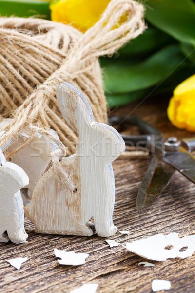 Pasen decoraties Geel tulpen eierschaal houten tafel Stockfoto © neirfy