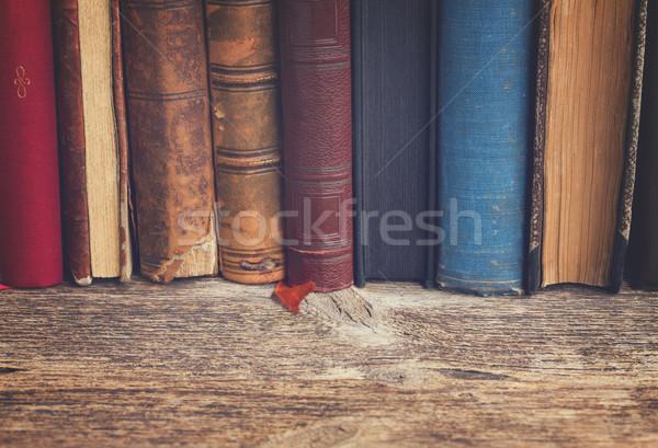 Półka na książki retro rząd antyczne książek Zdjęcia stock © neirfy
