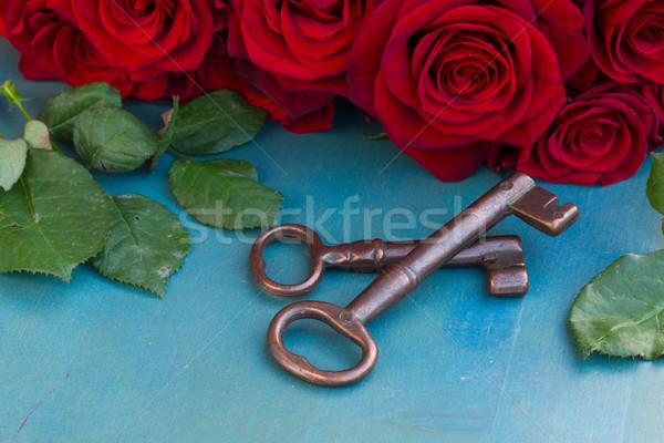 Schlüssel hochrot Rosen zwei blau Tabelle Stock foto © neirfy