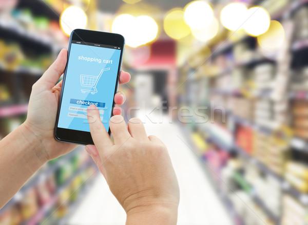 Hand moderne smartphone supermarkt vrouw Stockfoto © neirfy