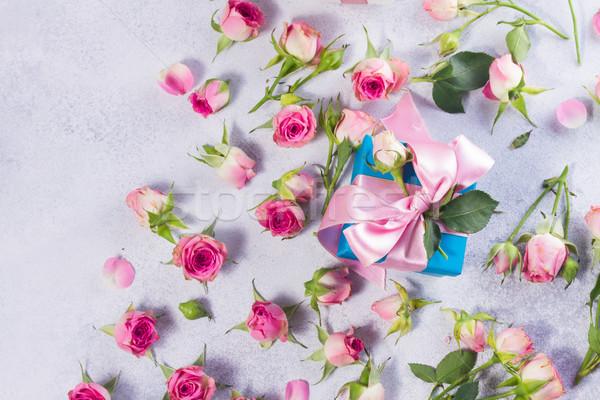 Ajándék doboz szatén íj virágok kék rózsaszín Stock fotó © neirfy