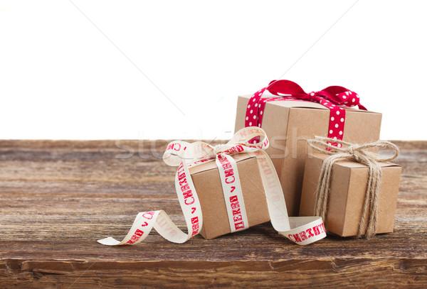 El yapımı hediye kutuları ahşap masa yalıtılmış beyaz Stok fotoğraf © neirfy